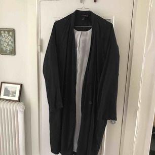 Säljer min svarta kappa från Monki i storlek S. Köpare står för frakt 🌸