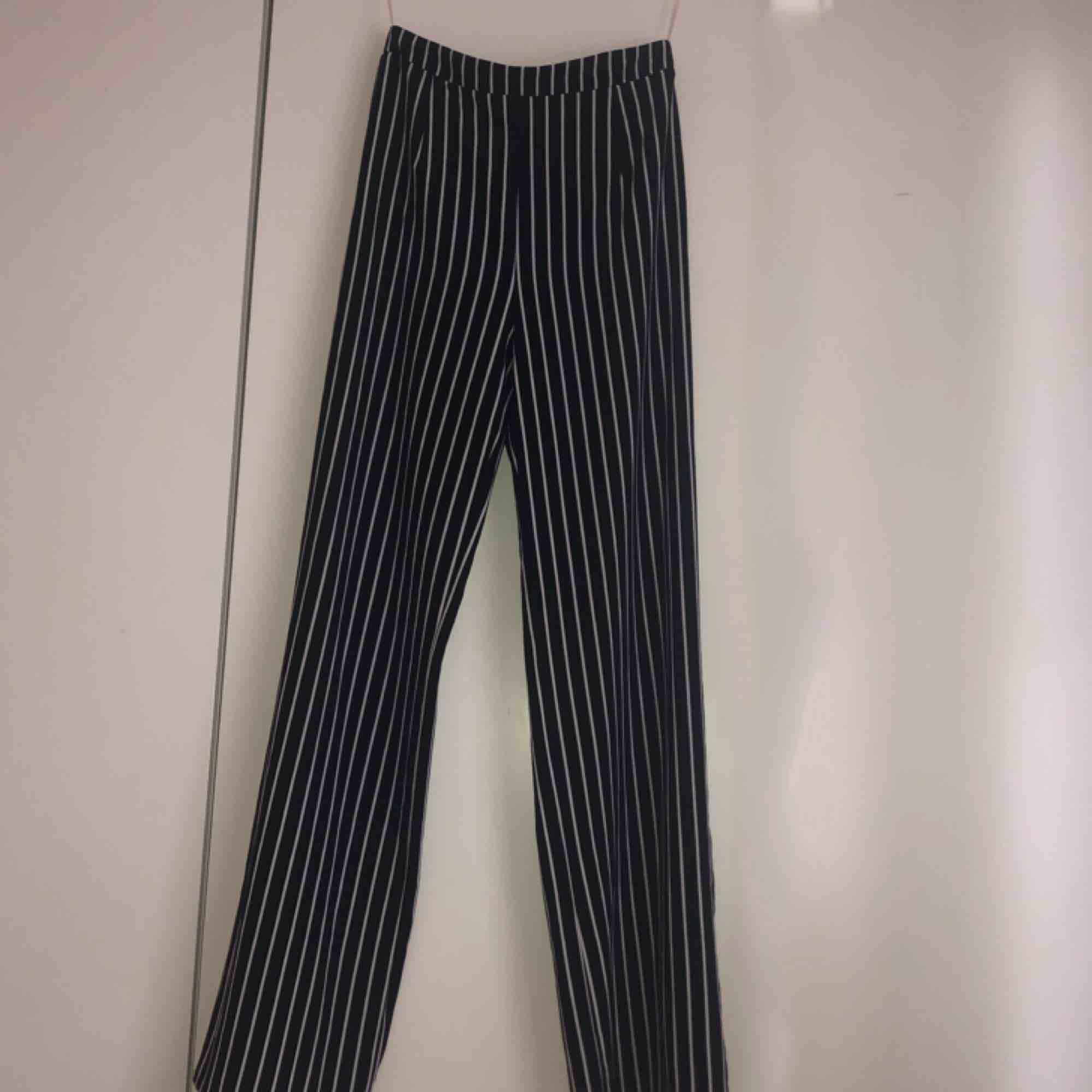 Snygga randiga utsvängda byxor från windsor som jag tyvärr måste sälja eftersom de är alldeles för stora för mig. Frakt tillkommer!. Jeans & Byxor.