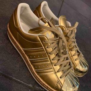 Guldiga Adidas Sneakers, använda endast en gång.
