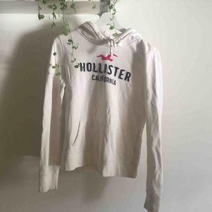 Superskön och snygg vit hoodie från Hollister.