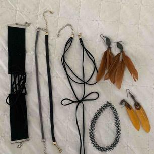 4 chokers, 1 halsband & 2 par örhängen. Bruna örhängen och halsband med rosett är sålda)