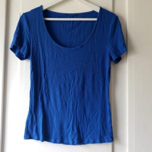 Vanlig blå topp, skönt material 🌸 Avklippta lappar men tror det är en M 🌼
