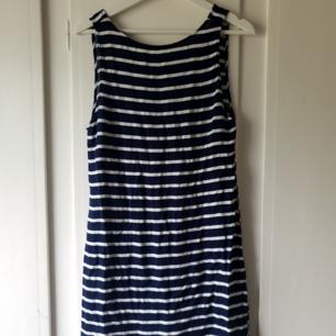 Blå/vit randig klänning 🌼 En liten skråma (bild 3) som verkligen inte syns, på ryggen 🌸 Därav pris!