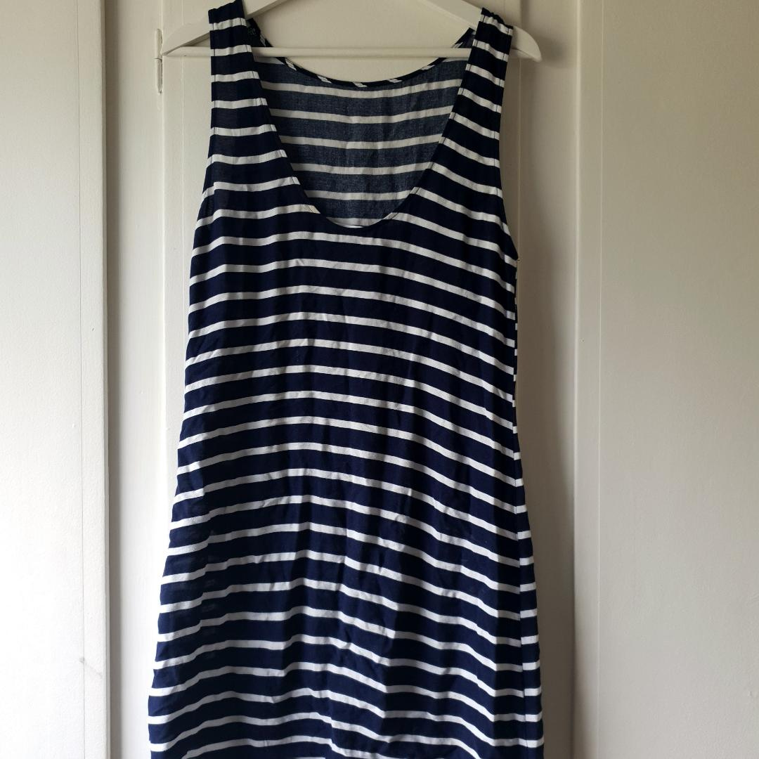 Blå/vit randig klänning 🌼 En liten skråma (bild 3) som verkligen inte syns, på ryggen 🌸 Därav pris!. Klänningar.