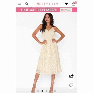 Jättefin beige/champagnefärgad klänning från Nelly, aldrig använd, säljes då jag missade returdatumet och valde en annan klänning istället, dragkedja i ryggen