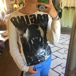 Cool sweatshirt med björntryck. Några få små fläckar på armen, därav priset. DM för intresse. Frakt tillkommer.