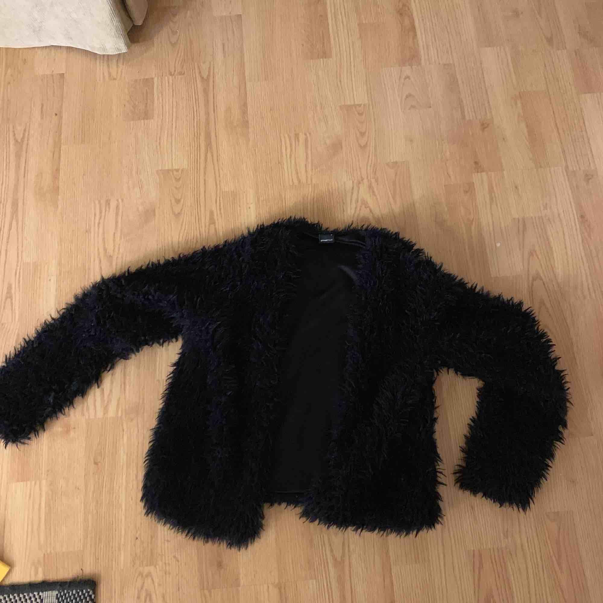 En jättefin fluffig kofta köpt på Gina, säljs pga att den inte används, 100 kr + eventuell frakt . Tröjor & Koftor.