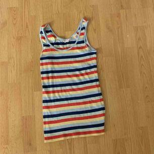 Ett flerfärgat randigt linne från levis, aldrig använt. Köpt för 250 säljer för 50 + eventuell frakt