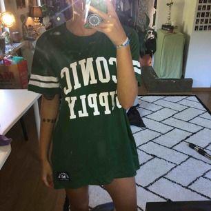 Grön sport T-shirt från lager 157. Kan använts som klänning. Frakt tillkommer.