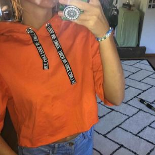 Orange croppad t-shirts hoodie. Frakt tillkommer.
