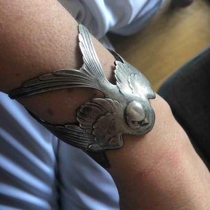 Vackert silverarmband i form av en svala. Priset är inklusive frakt.