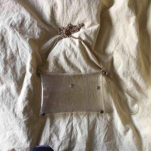 Snygg axelremsväska/clutch från Bik Bok.  Inköpt från några år sedan, dock sparsamt använd. Köparen står för frakt. Swish 🖤