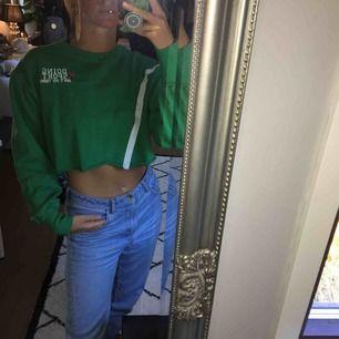 Grön sweatshirt med litet tryck från pull&bear. Frakt tillkommer