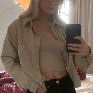 Snygg skjorta/jacka från Zara, nästan aldrig använd i manschetsertyg