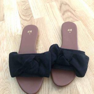 Skor nyköpta från HM, använda ett fåtal gånger!  Köpta för 179kr   Passar en 39a också, då jag annars har det i skor.