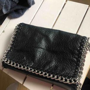 Säljer den här väskan pga att den inte kommer till användning, den är i ett bra sick och endast använd fåtal gånger. köparen står för frakt. Kontakta mig för flera bilder eller övriga frågor