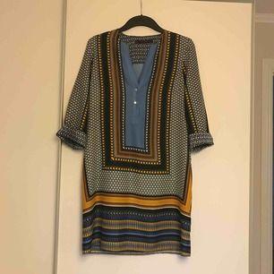 Klänning i silkesmaterial från Zara.