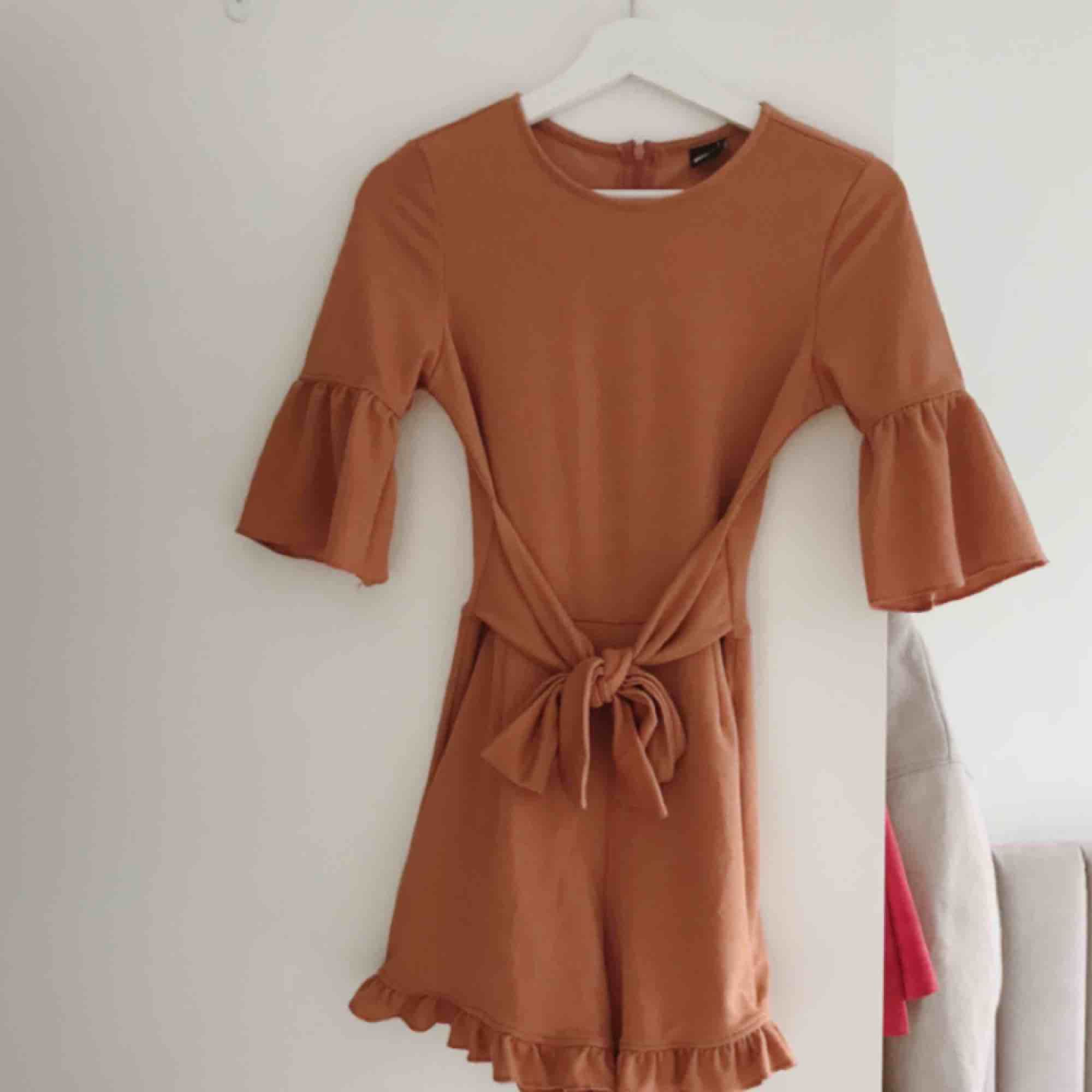 Jumpsuit från Ginatricot. Lånade bilder av tjejen jag köpte denna av här på pick. Tyvärr passade den inte mig. Jätte fin färg när man är brun!. Klänningar.