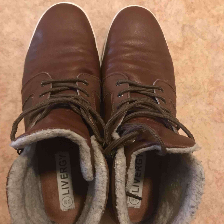 Jag har inte använd dom så mycket, darför det är inga fel på dom. Jag tror dom kostade rund 499kr men jag är inte säkert på de. ( PS: Jag köper många skor och darför kommer jag inte ihåg) Storlek: 46. Skor.