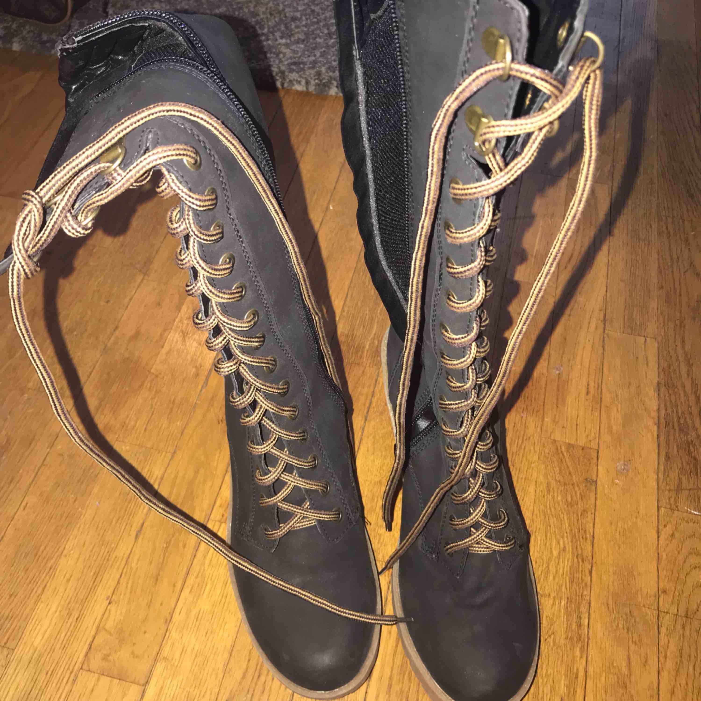 Oanvända Långa skor som va köpta för 350 -399kr Storlek 39. Skor.