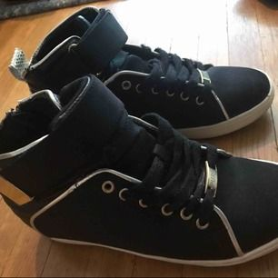 Fina skor som är använda, men inga fel på dom. Dom Behöver bara tvättas lite annars är dom väldigt fina. Storlek: 37