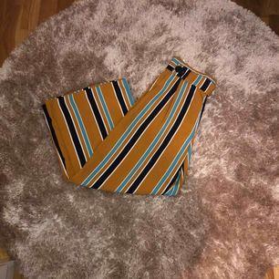 Snygga byxor från Zara i storlek M, men passar även S. Skriv om man vill ha bättre bilder. 🌚 Möts endast upp i runt om i Sthlm, annars står köparen för frakten. Köptes för 500kr för 1 år sedan.