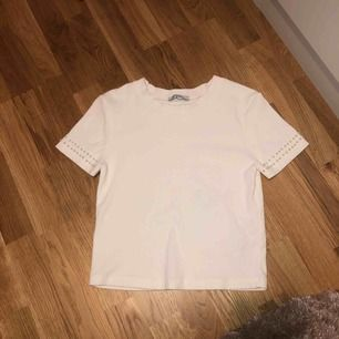 En gullig tröja från Zara. Använt ganska många gånger men är fortfarande i bra skick. Möts endast upp runt om i Sthlm, annars står köparen för frakten. 🌻