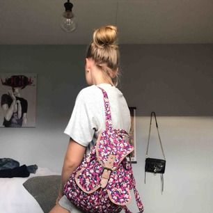 Super söt mini-tyg-ryggsäck från Accessorize! Rymlig med ett litet fack på insidan + två på utsidan.