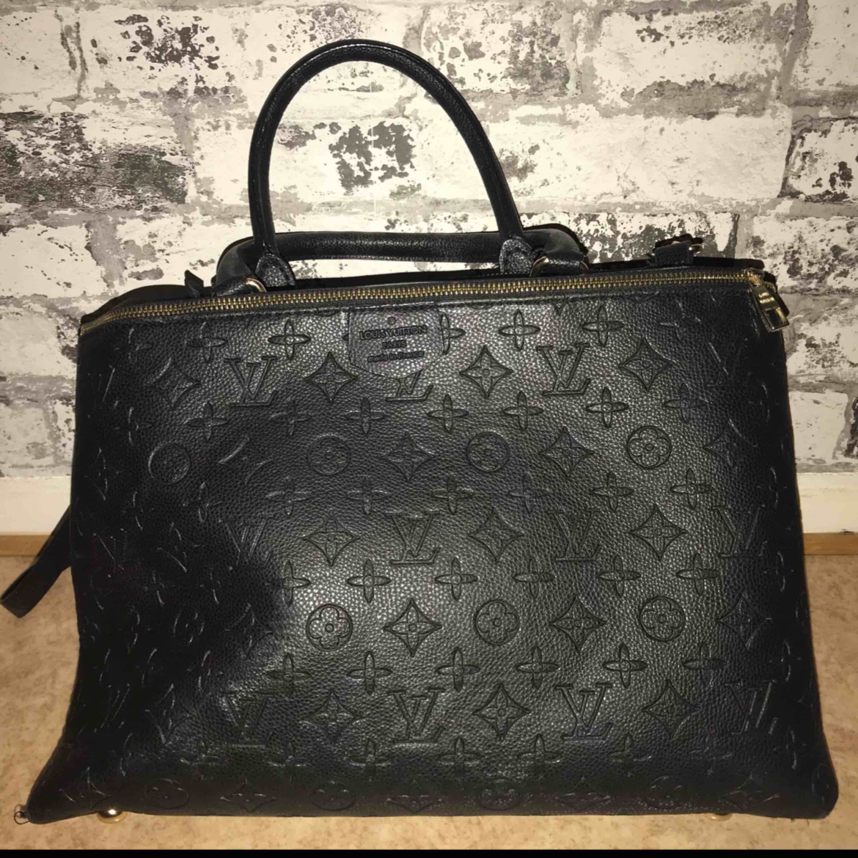 Louis Vuitton Väska FAKE men riktigt bra kvalité och väldigt tung. Den är använd men är i perfekt skick. . Väskor.