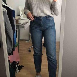 """snygga jeans som tyvärr inte kommer till användning längre i """"mom"""" modell, köpta på Urban Outfitters här i stockholm. Trots användning så är det i bra skick utan några fläckar eller slitningar. köparen står för frakt"""