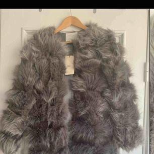 En helt oanvänd pälsjacka från Stylelevel. Lappen sitter kvar, jackan har förvarats hängande i garderob sedan köp. Nypris 1499kr. Säljer pga fel storlek.