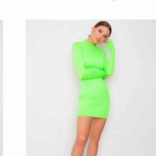 Jättefin neon grön klänning från JFR, endast använd en gång. Egna bilder finns att få vid intresse 💗