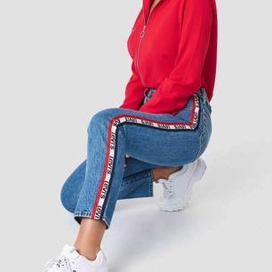 Jeans från Levis endast testade pga fel strl. Köpta för 999 kr