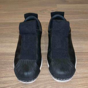 Jättesnygga adidas skor i storlek 36, använda en gång i ca 2 timmar så de är som nya! Säljer pågrund av att de aldrig kommer till användning.