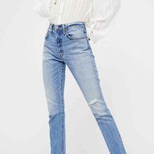 Levi's 501 skinny jeans. Nypris 1200kr. Nyskick dock är sömmen längst ner avklippt så de har en rå kant istället. Fraktad