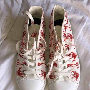 Super coola conversliknande skor! Mönstret är blodiga händer så dessa skor är mycket unika! 150kr+ frakt😇