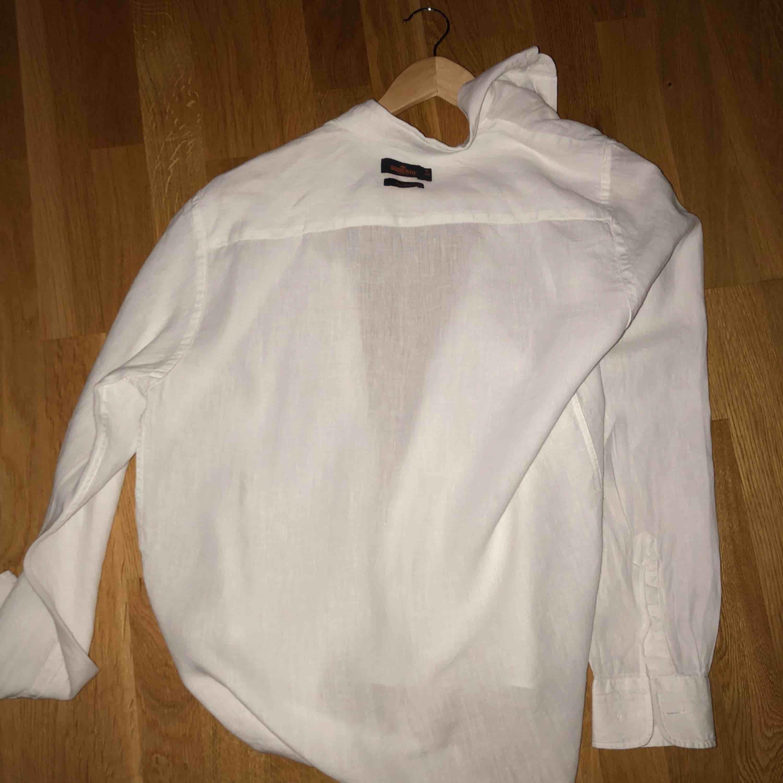 Denna skjorta passar både män o kvinnor då stilen är lite mer pösig o elegant. Skjortor.
