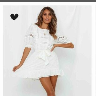 Säljer min studentklänning, klänningen + tull gick på över 1000kr. Använd endast på studenten