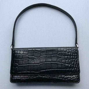 Söt liten 90-tals väska i fake krokodilskinn