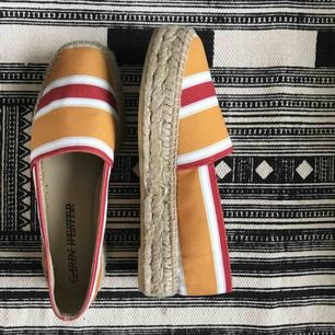 Två år gamla skor från Carin Wester, espadriller med platå. Knappt använda pga för små - bra skick!