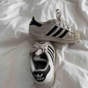 Säljer adidas skor i storlek 28 1/2