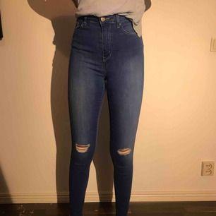 Blåa och långa jeans i storlek S från Tally Weijl. Endast provade. Suupersmal modell men jättestretchig!  Curve & shaping-funktion som framhäver både rumpa och höfter.  (Skrev h&m för att Tally Weijl ej finns här)