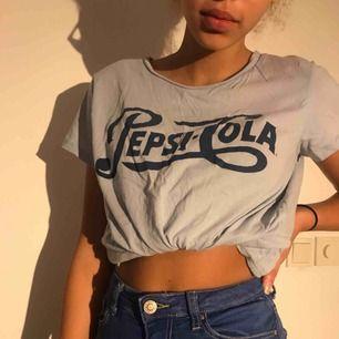 Pepsi Cola t-shirt i storlek S, oversized så passar även M. Knappast använd, ej struken på bild.