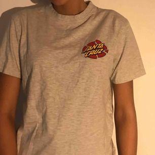 Oanvänd legit Santa Cruz t-shirt i storlek S. Tror att den är köpt på Carlings 😝