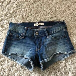 Snygga jeansshorts från Hollister i strl w24. Ganska små i storleken, så passar personer som vanligtvis har xs/xxs. Använd ett fåtal gånger, frakt tillkommer.