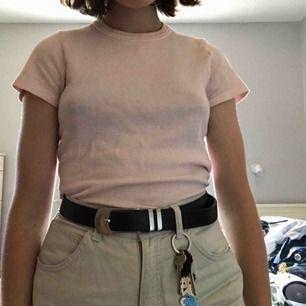 Söt tröja från brandy Melville, säljer för att det inte riktigt är min stil. Köpt för 1 år sen, sparsamt använd:) den är onesize men skulle säga att den passar en S. Frakt tillkommer 🥰