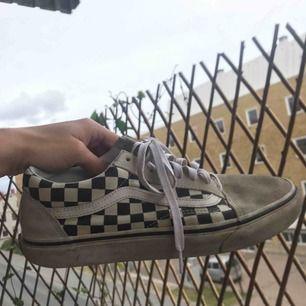 Vans old skool checkerboard i storlek 42. Helt okej skick. Fler bilder kan skickas vid intresse