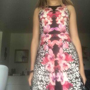 En fin klänning från HM som är använd max 2 gånger. Den köptes för flera år sedan och finns därför förmodligen inte kvar. Storlek XS. Kan ibland mötas upp i Stockholm eller så står köpare för frakt.