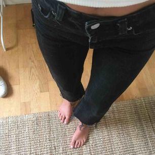 Supersnygga jeans från weekday! Klippta längst ner! Typ aldrig använda pga lite för stora i midjan! Modell Voyage! Waist 24 och length 30