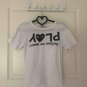 PLAY COMME des GARÇONS  Branded T-shirt 100% Bomull Cond. 6/10 Passar xs men också s för tajtare fit. Köparen står för frakten.   <3